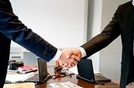 ビジネスマン握手.jpg